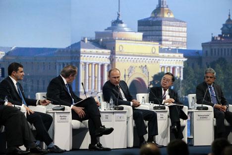 Il Presidente russo Vladimir Putin, al centro, durante un suo intervento al Forum economico di San Pietroburgo (Foto: Tass)