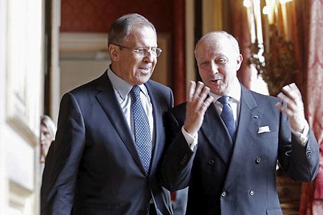Il ministro russo degli Esteri Sergei Lavrov, a sinistra, insieme al collega francese Laurent Fabius (Foto: Reuters/Christian Hartmann)