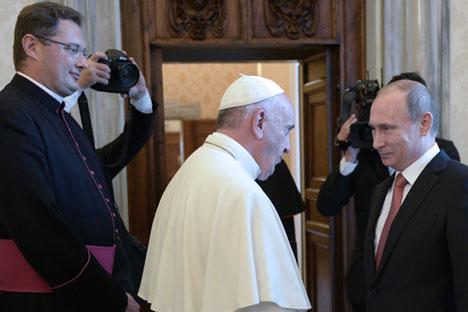 Il Presidente Putin con Papa Francesco durante il loro incontro in Vaticano (Foto: Tass)