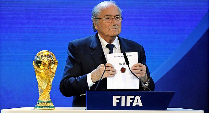 Joseph Blatter lascia la presidenza della Fifa e ora ci si interroga sul futuro dei Mondiali di calcio del 2018 (Foto: EPA)