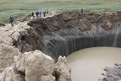 Il cratere formatosi nello Yamal (Foto: Dipartimento di polizia della regione)