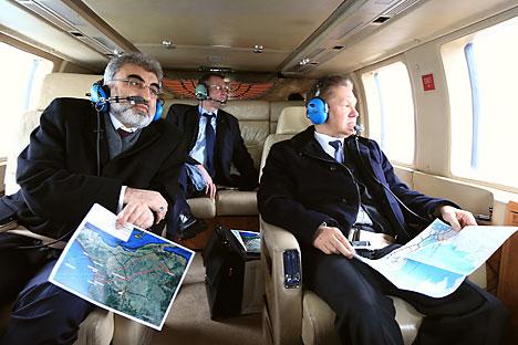 Il numero uno di Gazprom Alexei Miller, a destra, sorvola in elicottero una zona della Turchia insieme al ministro turco dell'Energia Taner Yildiz, a sinistra, per monitorare la zona di costruzione del Turkish Stream (Foto: Getty Images/Fotobank)