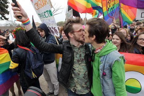 Manifestazione a favore dei diritti della comunità LGBT (Foto: Petr Kovalev / Interpress / TASS)