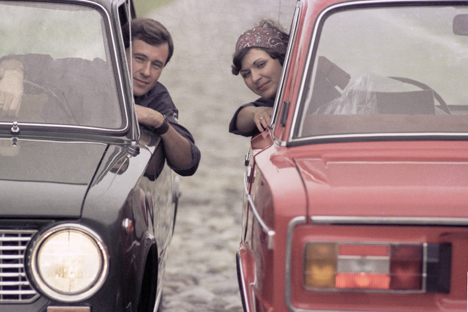 Ragazzi a bordo di due auto sovietiche (Foto: Yury Abramochkin / RIA Novosti)