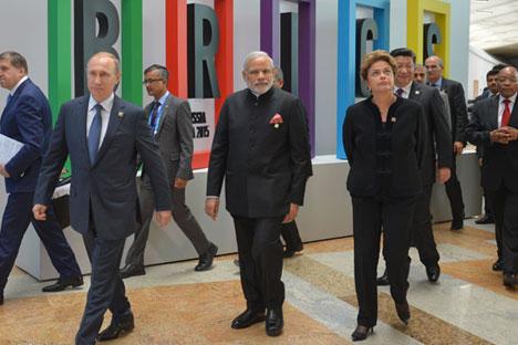 Il consigliere del Cremlino Yuri Ushakov, il Presidente russo Vladimir Putin, il primo ministro indiano Narendra Modi, il Presidente brasiliano Dilma Rousseff, il Presidente cinese Xi Jinping e il Presidente sudafricano Jacob Zuma a Ufa per il summit dei Brics (Foto: EPA)