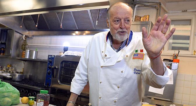 Lo chef Pietro Valota al lavoro (Foto: Kommersant)
