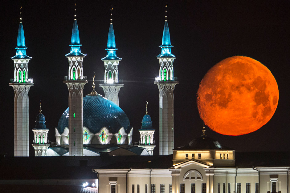 Джамията Кул Шариф в казанския кремъл на фона на пълната луна.