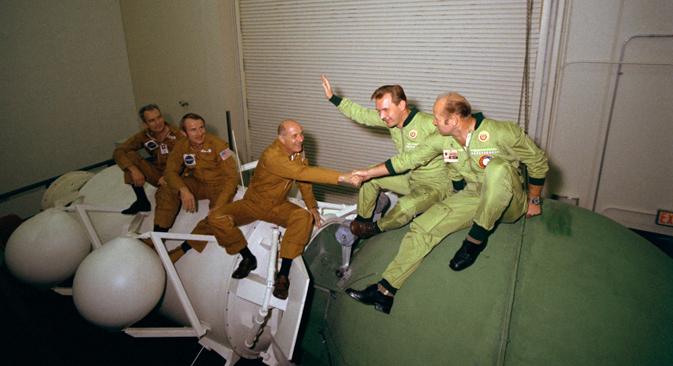 """La capsula sovietica """"Soyuz-19"""", con a bordo i cosmonauti Alexei Leonov e Valery Kubasov, si agganciò alla navicella americana """"Apollo-18"""", a bordo della quale viaggiavano gli astronauti Thomas Stafford, Vance Brand e Deke Slayton (Foto: NASA)"""