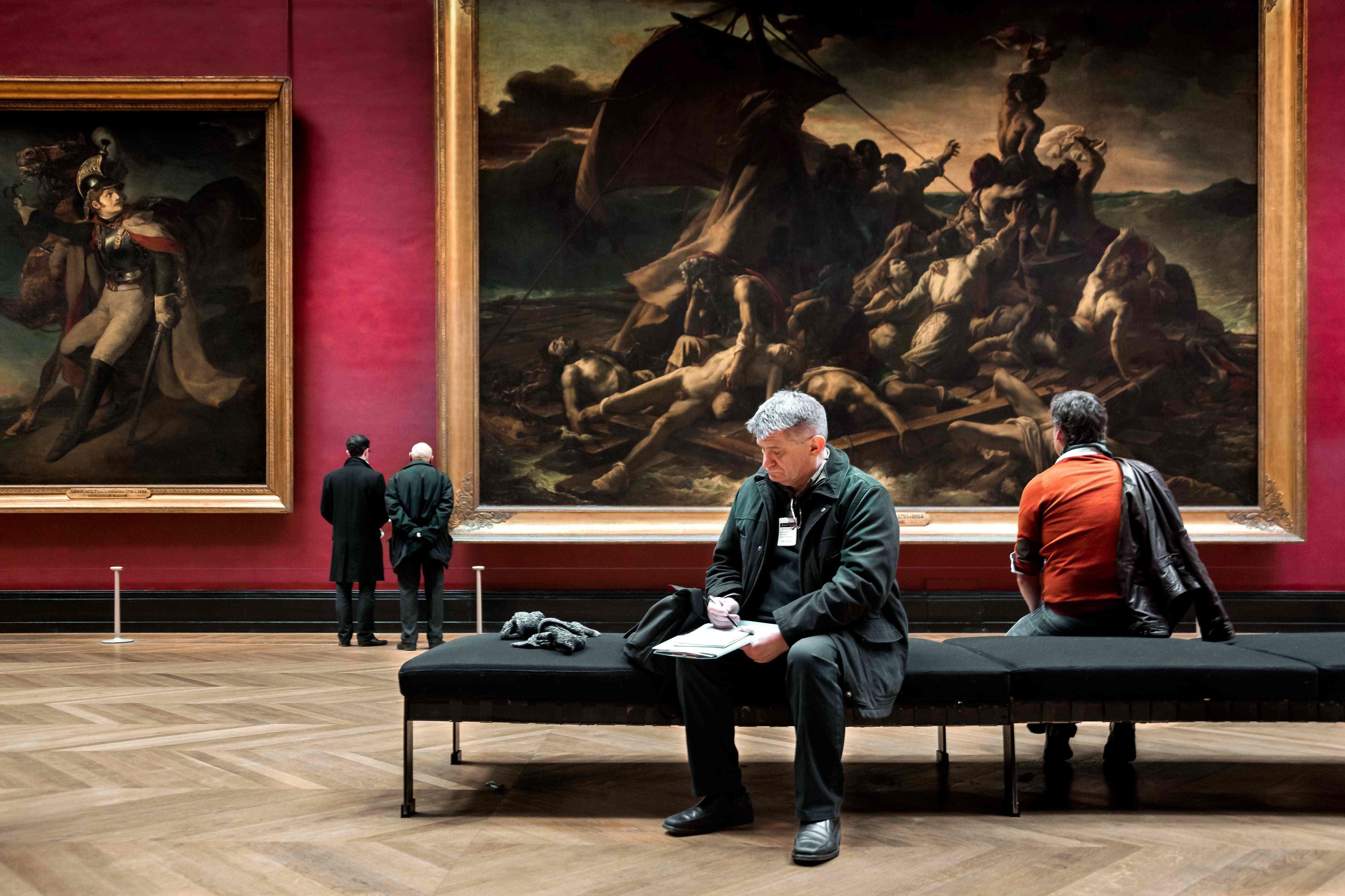 Il regista Aleksandr Sokurov all'interno del museo Louvre di Parigi durante le riprese del suo ultimo film (Foto per gentile concessione di Asac - la Biennale di Venezia)