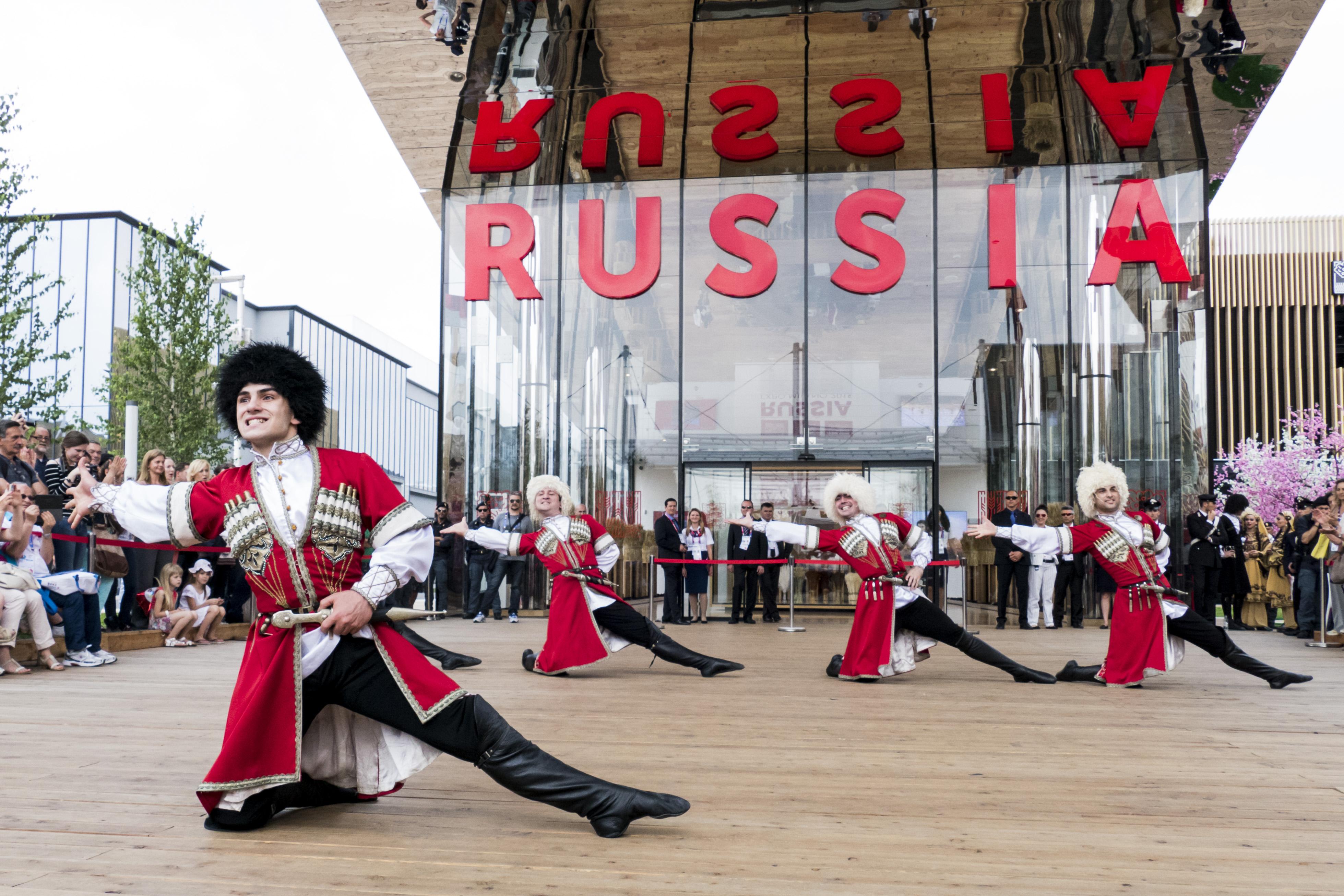 Spettacoli russi davanti al Padiglione Russia dell'Expo