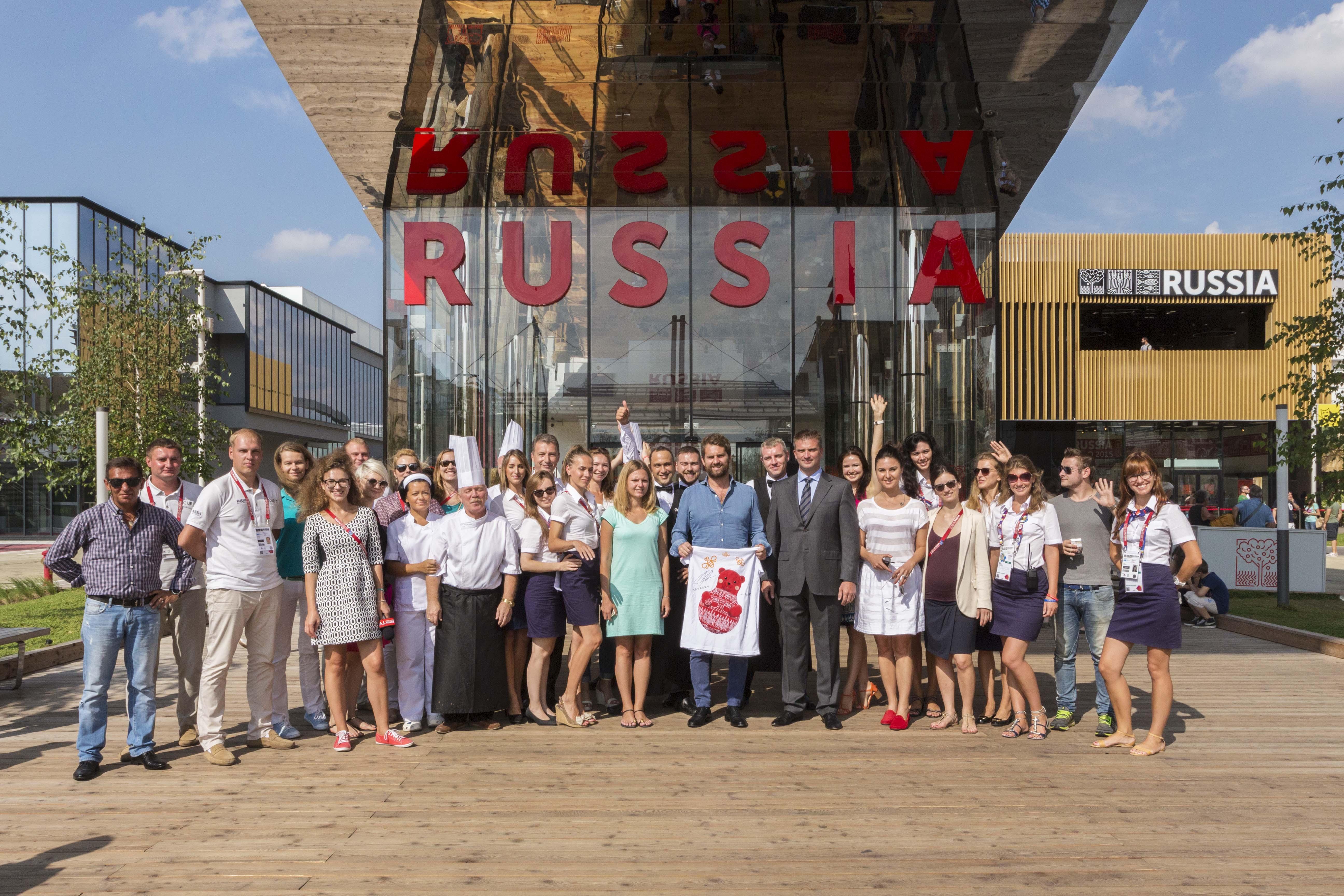 Il team del Padiglione Russia dell'Expo insieme al 2.222.222esimo visitatore (Foto: Russia Expo 2015)