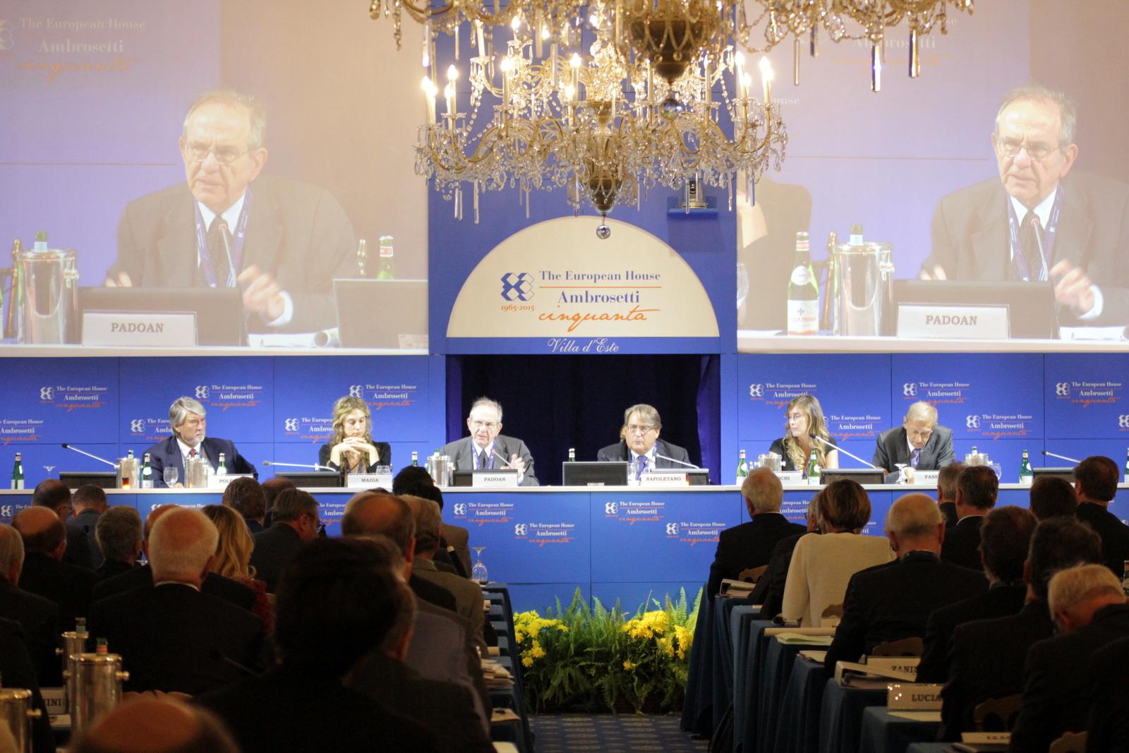 Il tavolo dei relatori di una sessione dell'annuale forum Ambrosetti (Foto: Evgeny Utkin)