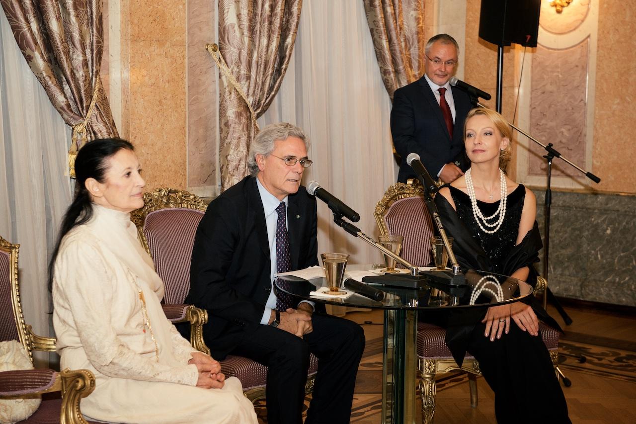 L'ambasciatore italiano a Mosca Cesare Maria Ragaglini (al centro), con Carla Fracci (a sinistra) e Ilse Liepa