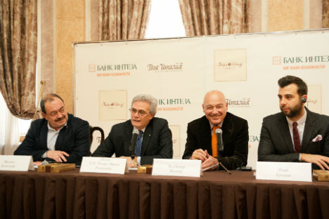 Da sinistra, il giornalista di viaggi Mikhail Kozhukhov, l'ambasciatore italiano a Mosca Cesare Maria Ragaglini, il giornalista Vladimir Pozner e il conduttore televisivo Ivan Urgant.