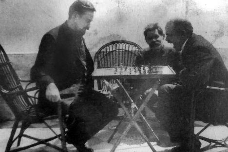 Bogdanov, Lenin e Gorky a Capri, aprile 1908 (Credit: Club scacchi di Capri)