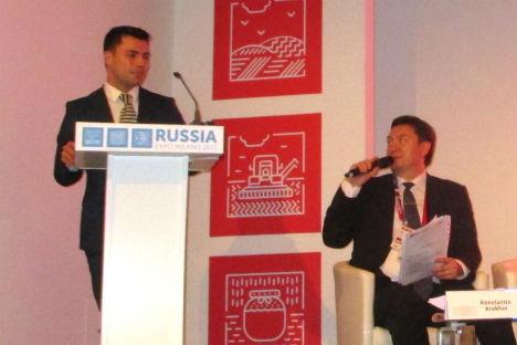 Stefano Frontini, a sinistra, presenta il proprio progetto al Padiglione Russia dell'Expo.