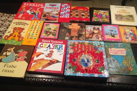 """Alcuni dei libri russi donati alla Biblioteca """"Annalisa Durante"""" di Forcella."""