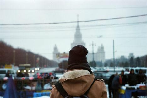Una studentessa davanti all'università Mgu di Mosca.