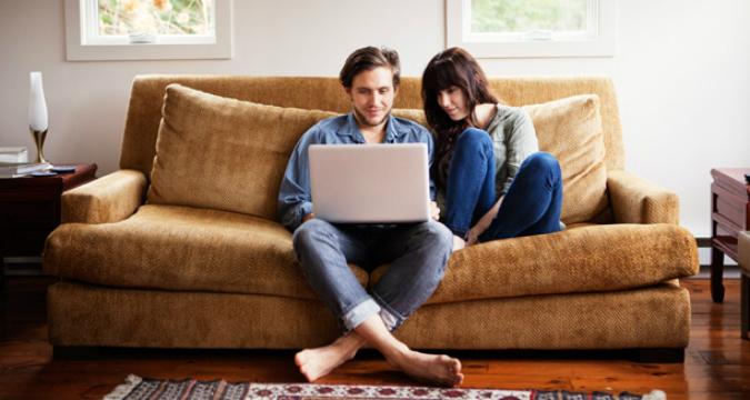 Sale il numero dei viaggiatori low cost che dormono di divano in divano (Foto: Getty Images / Fotobank)