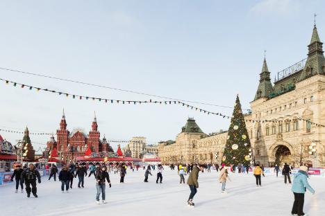 Pista di pattinaggio in Piazza Rossa a Mosca.
