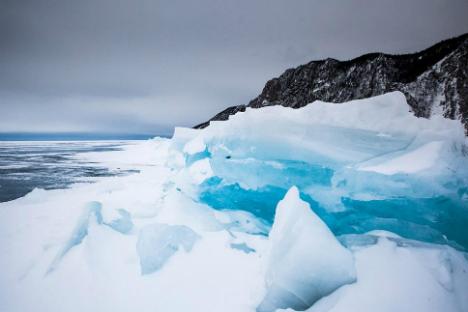 Giochi di luce sul ghiaccio del Bajkal.
