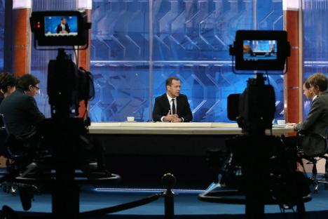 Il premier Dmitri Medvedev risponde alle domande dei giornalisti.