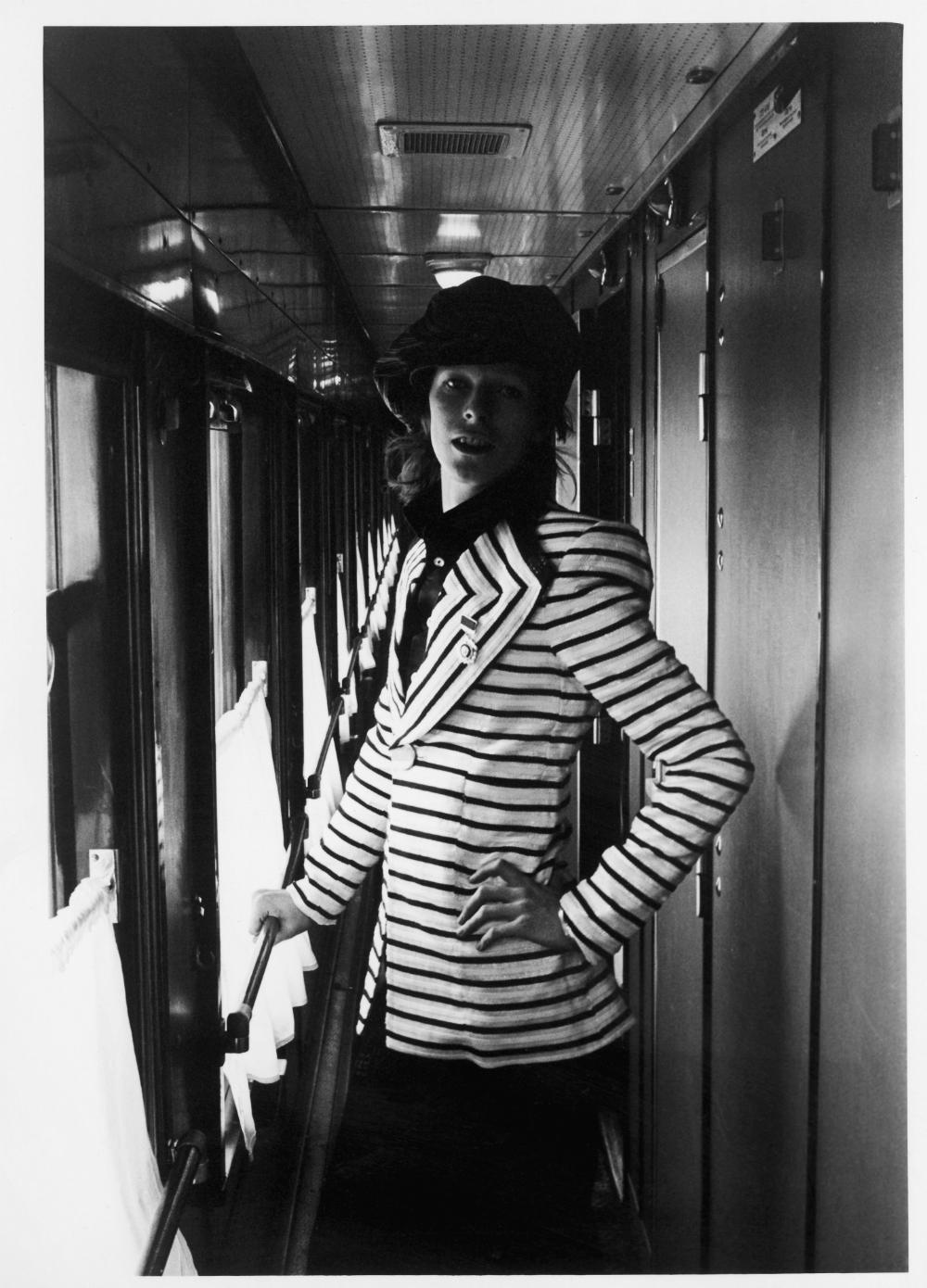 La scomparsa del Duca Bianco è stata annunciata sulla pagina Facebook del musicista, e la notizia è stata confermata dal figlio dell'artista // Una foto scattata all'interno di un treno russo. Nel 1973, la rockstar aveva infatti intrapreso un viaggio in Transiberiana da Mosca a Vladivostok