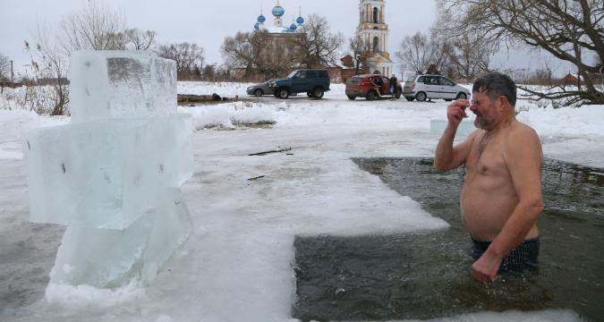 Un fedele si immerge nelle acque gelide per l'Epifania ortodossa.