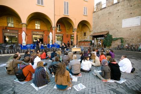 Studenti italiani durante una lezione all'aperto.