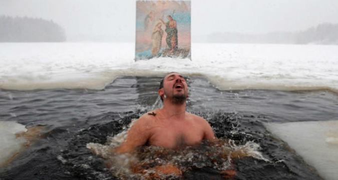 Un tuffo nel gelo per l'Epifania ortodossa.