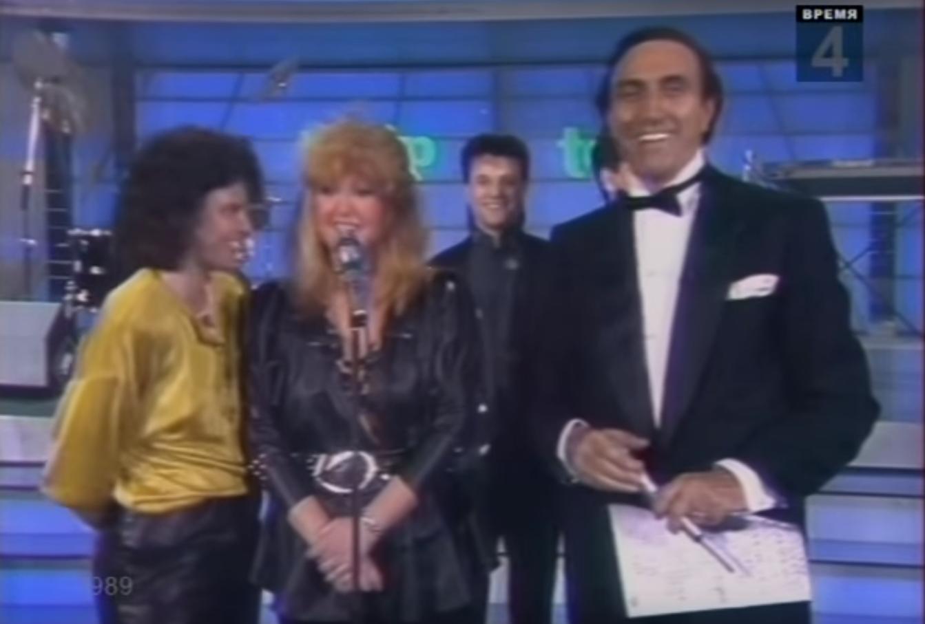 La cantante russa Alla Pugachyova e Pippo Baudo durante il festival di Sanremo del 1987