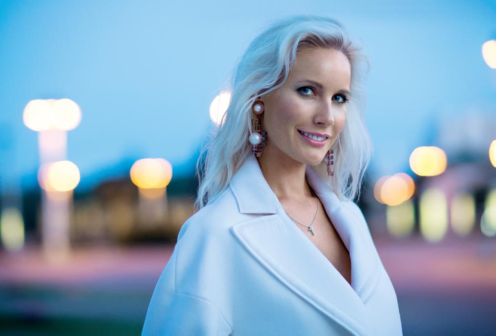 Elena Letuchaya è una famosa presentatrice televisiva russa. Nata il 5 dicembre 1978 nella città di Yaroslavl, nel 1985 si è trasferita a Tynda, nella regione dell'Amur, insieme alla famiglia