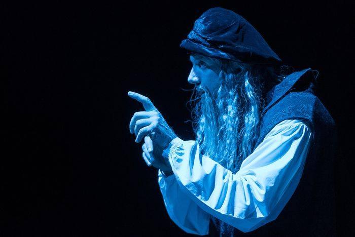 Massimiliano Finazzer Flory interpreta Leonardo da Vinci.