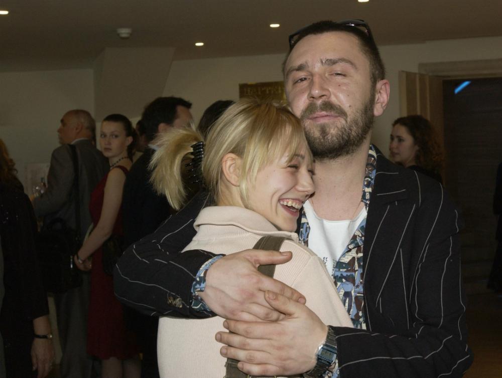 Akinshina si è frequentata per cinque anni con il controverso cantante Sergej Shnurov, solista del gruppo musicale Leningrad