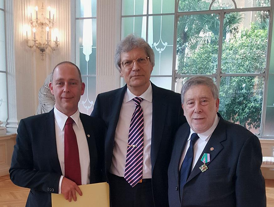 Da sinistra, il nuovo console onorario della Federazione Russa ad Ancona Marco Ginesi, lu2019ambasciatore russo in Italia Sergej Razov e lu2019ex console Armando Ginesi