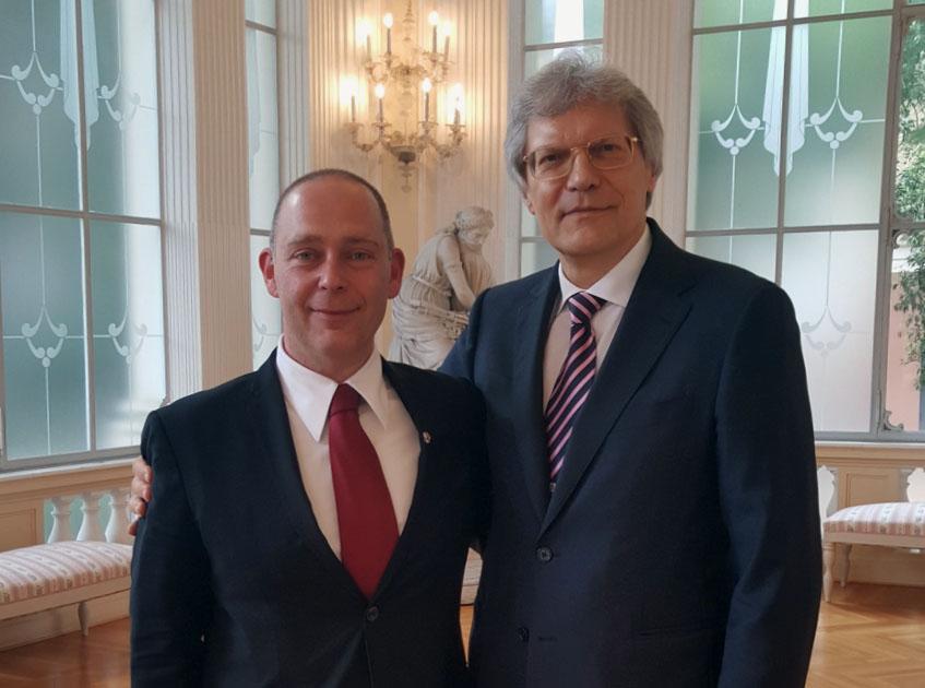 Da sinistra, il nuovo console onorario della Federazione Russa ad Ancona Marco Ginesi e lu2019ambasciatore russo in Italia Sergej Razov