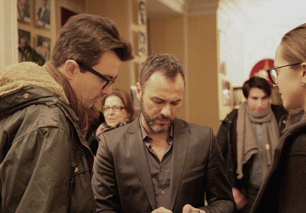 """L'attore Massimiliano Gallo, ospite della prima serata del festival, firma autografi al pubblico al termine della proiezione del film """"Per amor vostro"""""""