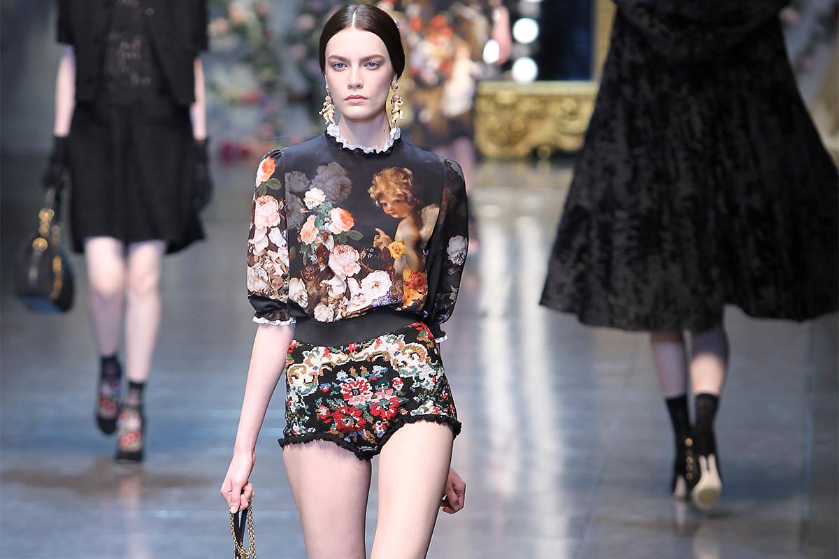 Su sfondo nero, rosso o blu, i motivi floreali rivestono intere collezioni / Collezione donna autunno-inverno 2012-2013, Dolce&Gabbana