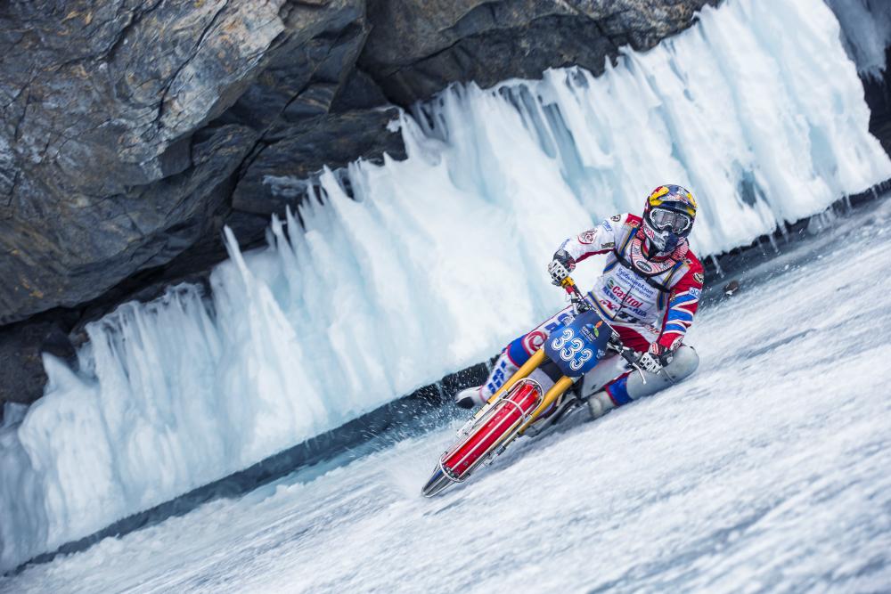 Daniil Ivanov con la sua moto sfida i ghiacci del Bajkal.