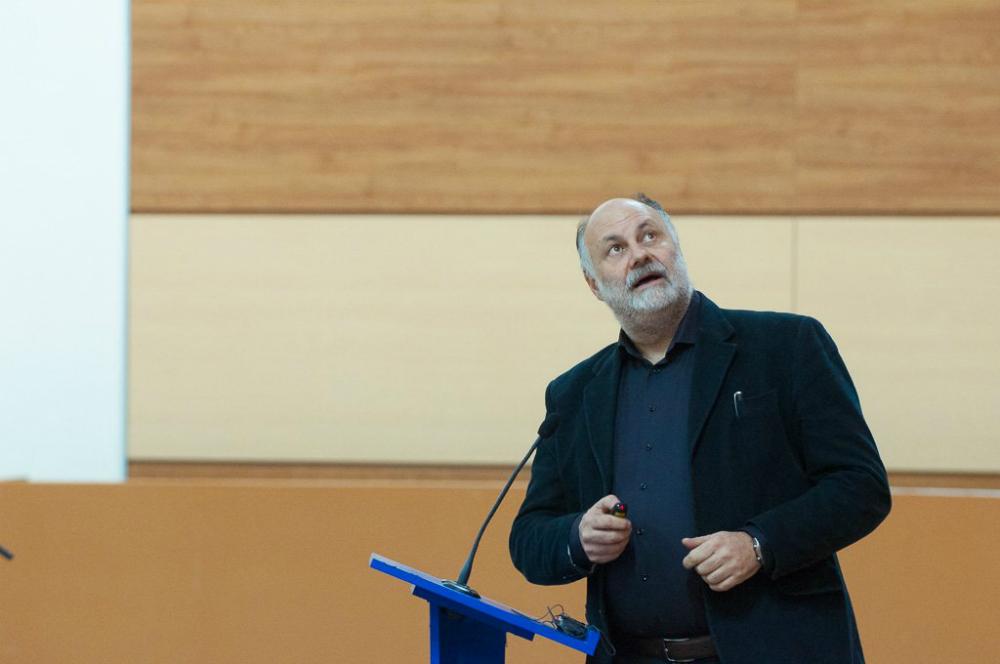 Riccardo Valentini durante la presentazione all'Università di Vladivostok.