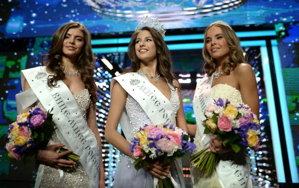 Le altre finaliste del concorso, da sinistra a destra: Yulia Khoroshavina di Kirov, terza classificata, e Yuliana Korolkova della regione di Orenburg, seconda classificata