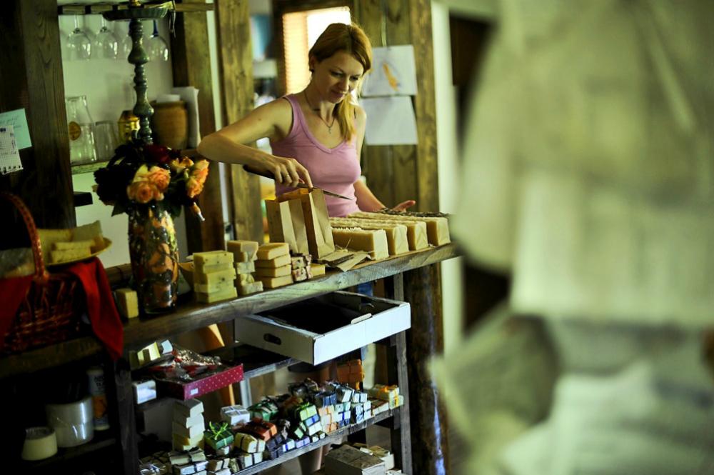 """Cristina continua a considerare il suo lavoro un """"hobby"""" e non una vera e propria attività commerciale. Tutti i proventi derivanti dalle vendite, così come gran parte dei guadagni del marito, vengono investiti per sviluppare ulteriormente il progetto: le materie prime, la carta d'imballaggio, le bottiglie e i vasetti, il lavoro del grafico, la stampa dei cataloghi e la preparazione delle etichette."""