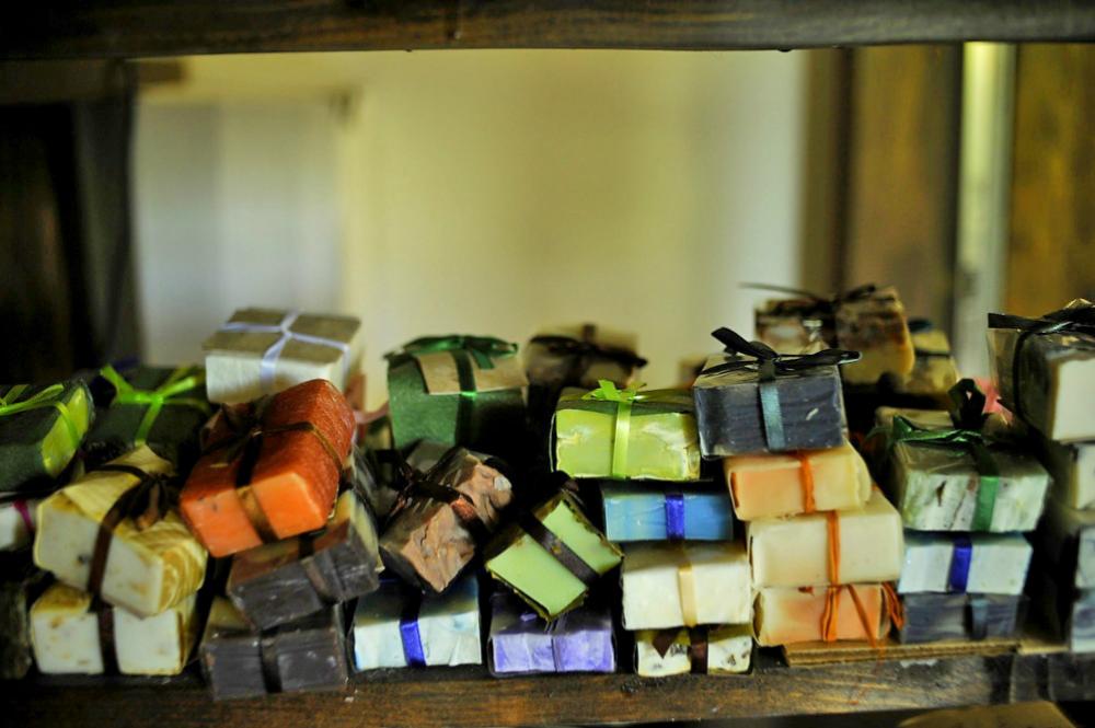 Nel villaggio di Medoveevka, Cristina Suderevskaja produce fino a quattro tonnellate di saponette a base di calendula e latte di capra. Un business bio che piace anche agli stranieri