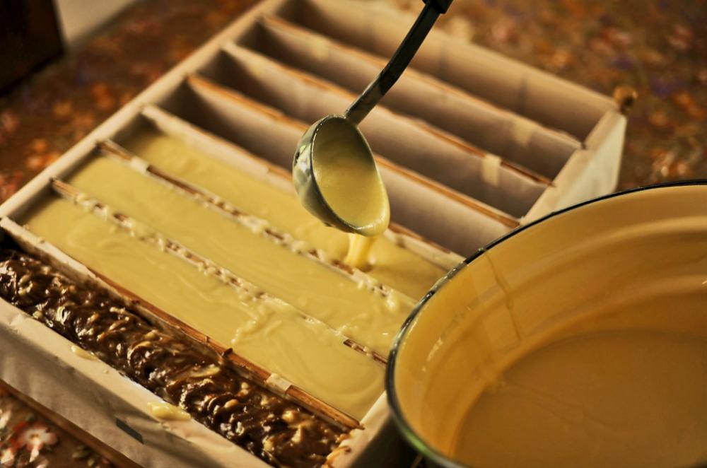 """Cristina si dedica alla produzione di saponi ormai da sei anni. Ha iniziato con alcuni pezzetti per sé e per gli amici. Ora produce circa quattro tonnellate di prodotti all'anno tra saponi, shampoo, gel, balsami, scrub e creme, che vengono venduti con il marchio """"Krasnopolyanskoe mylo"""" (il sapone di Krasnaya Polyana) in centri termali, spa di lusso e negozi specializzati in cosmetica naturale. I saponi di Medoveevka vengono ordinati anche da clienti privati, sia russi che stranieri"""