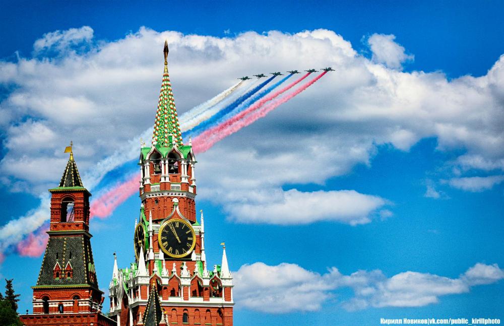 Caccia russi in volo sopra la Piazza Rossa per la Festa della Vittoria.