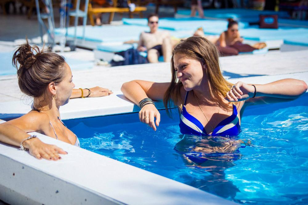 Ragazze in piscina nel Club Superbeach di Mosca.
