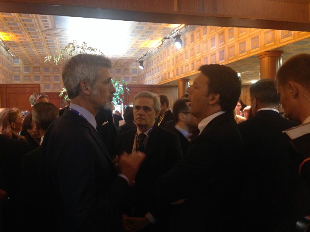 Il premier italiano Matteo Renzi incontra gli imprenditori al padiglione italiano allestito al Forum economico di San Pietroburgo