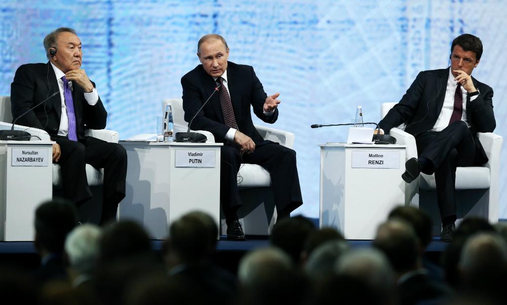 Il presidente del Kazakhstan Nursultan Nazarbaev, il presidente russo Vladimir Putin e il primo ministro italiano Matteo Renzi.
