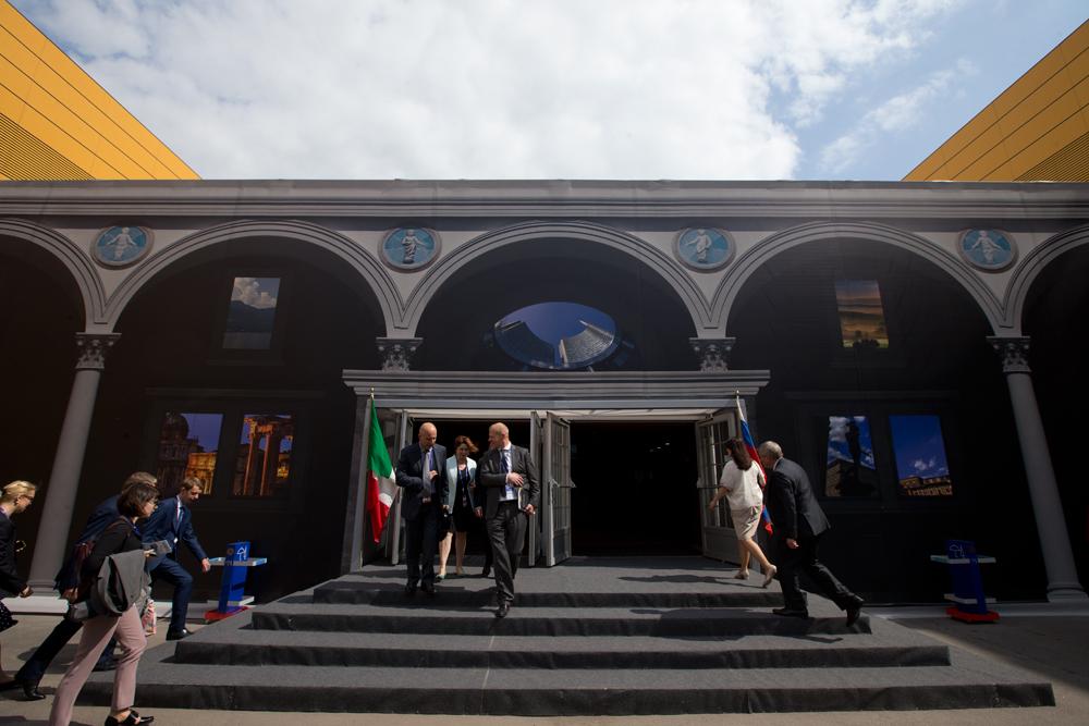 L'ingresso del padiglione italiano allestito al Forum economico di San Pietroburgo.