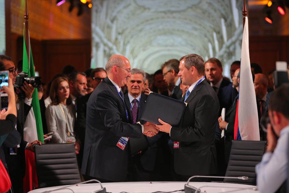 All'inaugurazione del Forum hanno partecipato il segretario generale delle Nazioni Unite Ban Ki-moon e il presidente della Commissione europea Jean-Claude Juncker: un segnale importante in un momento così delicato per le relazioni internazionali // Nella foto, Cesare Biggiogera (a sinistra) ha siglato un accordo di collaborazione nel settore dei cavi